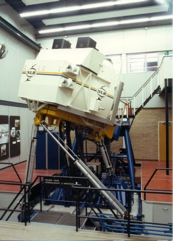 Paneel 32 - Research Flight Simulator (RFS) met monitoren en spiegelsysteem rond 1986
